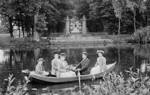 Gerard Jacob Karel van Lynden met zijn drie zusters en broertje, spelevarend op de Reevaart (Harmine Wolters collectie)