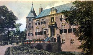 Prentbriefkaart uit 1904 van de voorzijde van Nederhorst in gardeneske stijl, Collectie Harmine Wolters Stichting